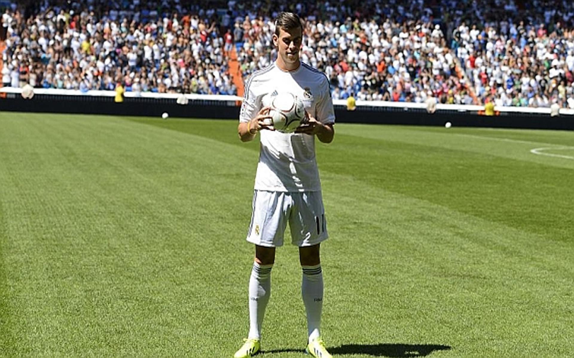 El crack Gales Gareth Bale en el momento de su presentación en el palco del Santiago Bernabeu