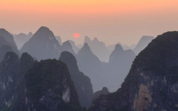 El sol se pone tras las montañas