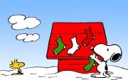 Snoopy decorando de Navidad su Caseta.