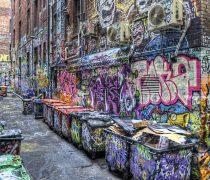 Calle repleta de Graffitis.