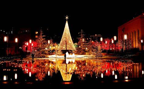 Ciudad con luces de Navidad.