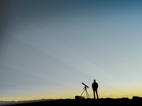 Esperando la noche con un telescopio