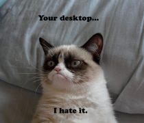 Gatito Enfadado con el escritorio.