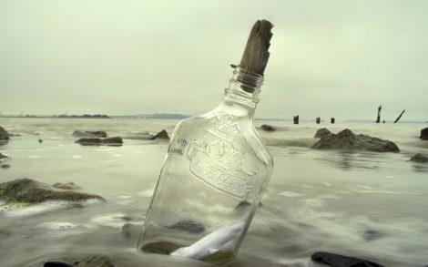 Mensaje en botella a la deriva.