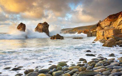 Olas Rompiendo en las rocas