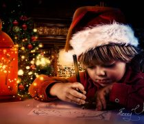 Pequeño Santa Claus Escribiendo Carta.