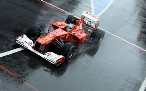Wallpaper de un Ferrari bajo la lluvia