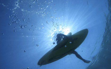 Wallpaper Surfista desde abajo del Mar.